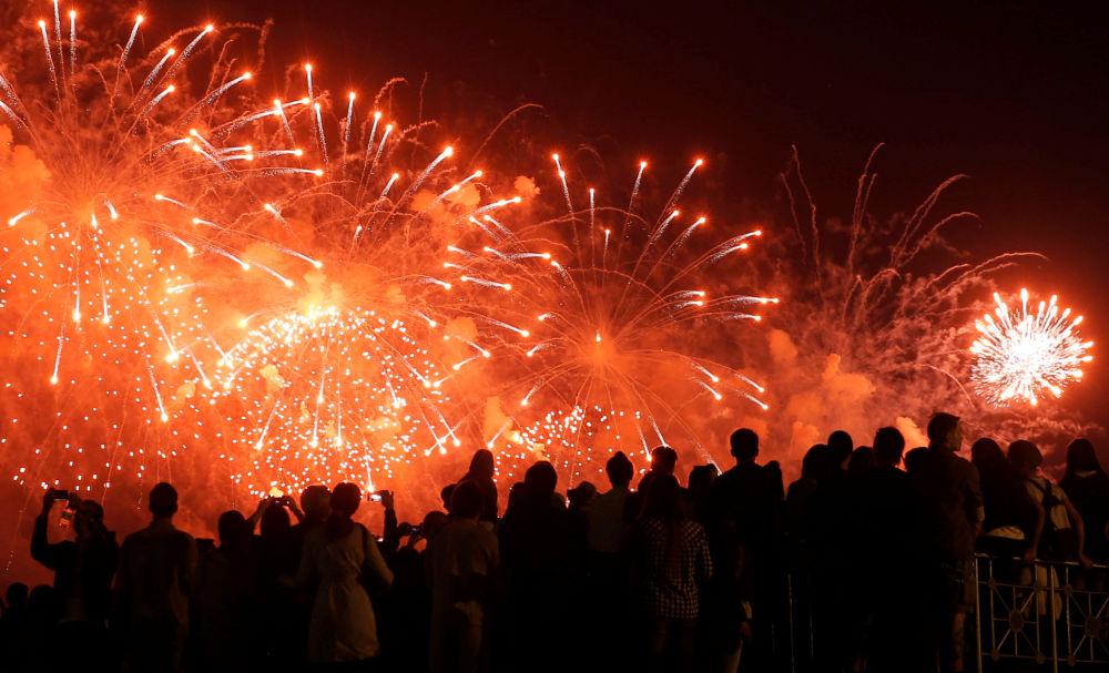 الألعاب النارية في مدينة موسكو بمناسبة الاحتفالات بالذكرى الـ 71 لعيد النصر على النازية في الحرب الوطنية العظمى (1941-1945).