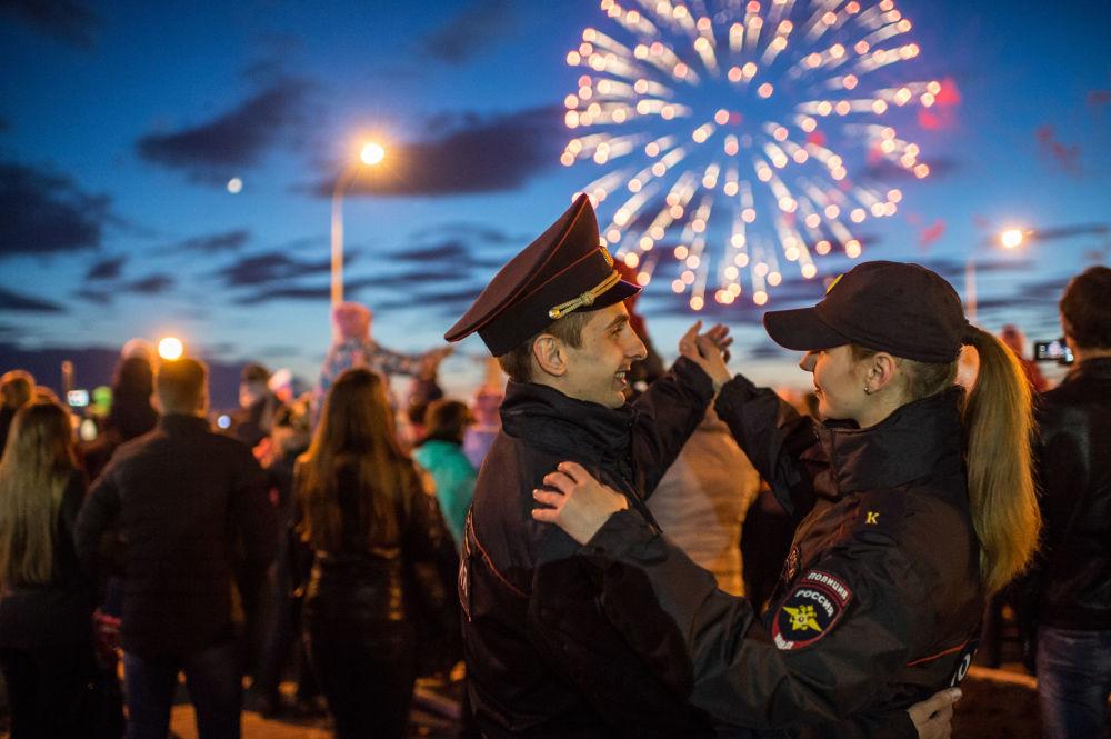 الألعاب النارية في مدينة أومسك الروسية بمناسبة الاحتفالات بالذكرى الـ 71 لعيد النصر على النازية في الحرب الوطنية العظمى (1941-1945).