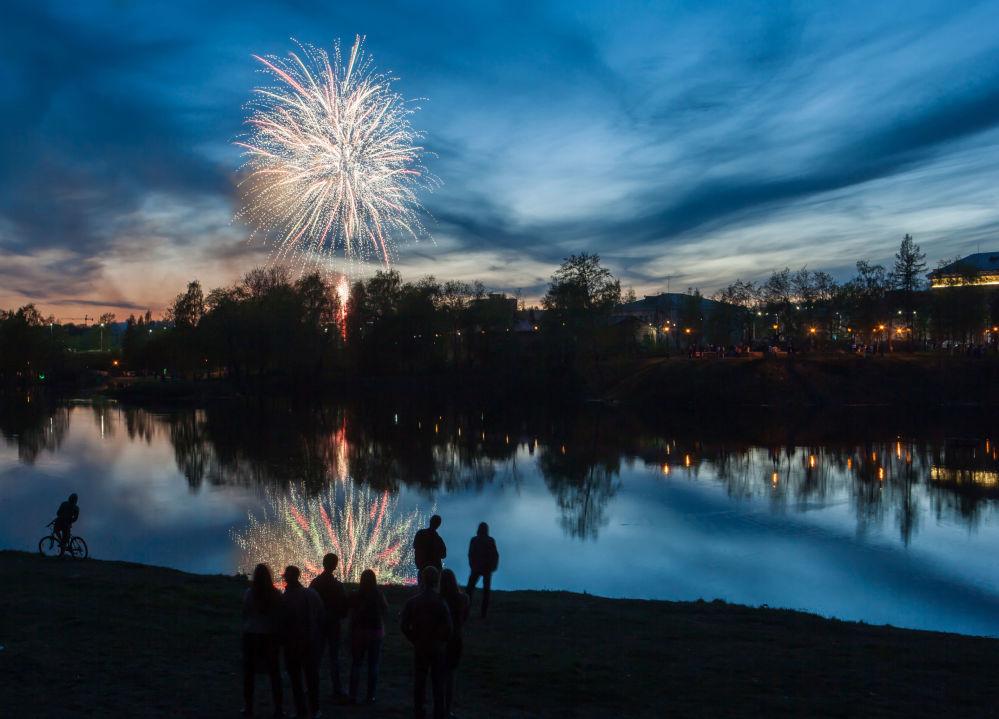 الألعاب النارية في مدينة بيتروزوفودسك بمناسبة الاحتفالات بالذكرى الـ 71 لعيد النصر على النازية في الحرب الوطنية العظمى (1941-1945).