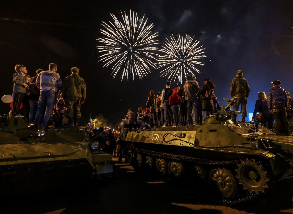 الألعاب النارية في مدينة بلاغوفيشنسك بمناسبة الاحتفالات بالذكرى الـ 71 لعيد النصر على النازية في الحرب الوطنية العظمى (1941-1945).