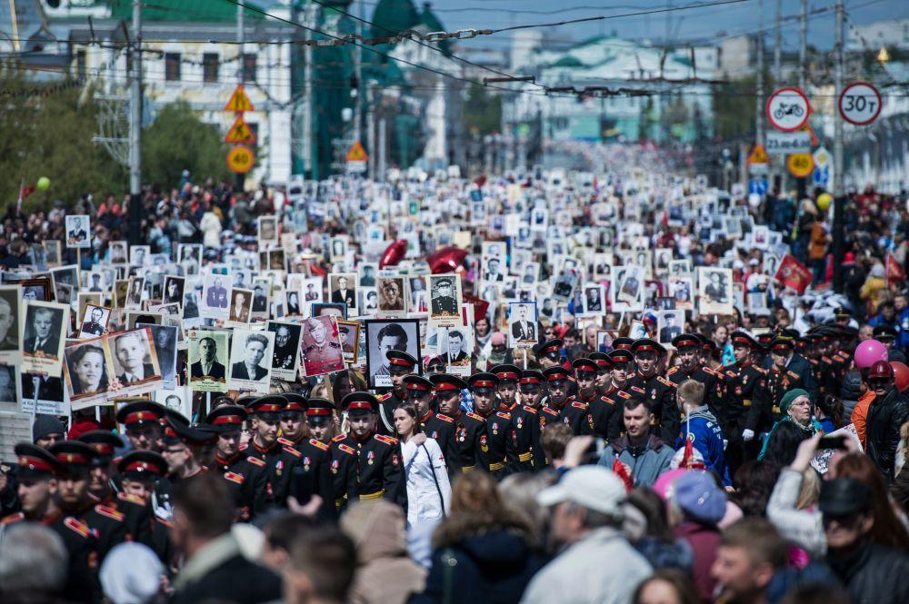 مسيرة الفوج الخالد في ميدنة أومسك بمناسبة إحياء الذكرى الـ 71 لأبطال المحاربي القدامي اللذين وهبوا حياتهم (واللذين ما زالوا على قيد الحياة) في الحرب الوطنية العظمى ضد ألمانيا النازية (1941-1945)