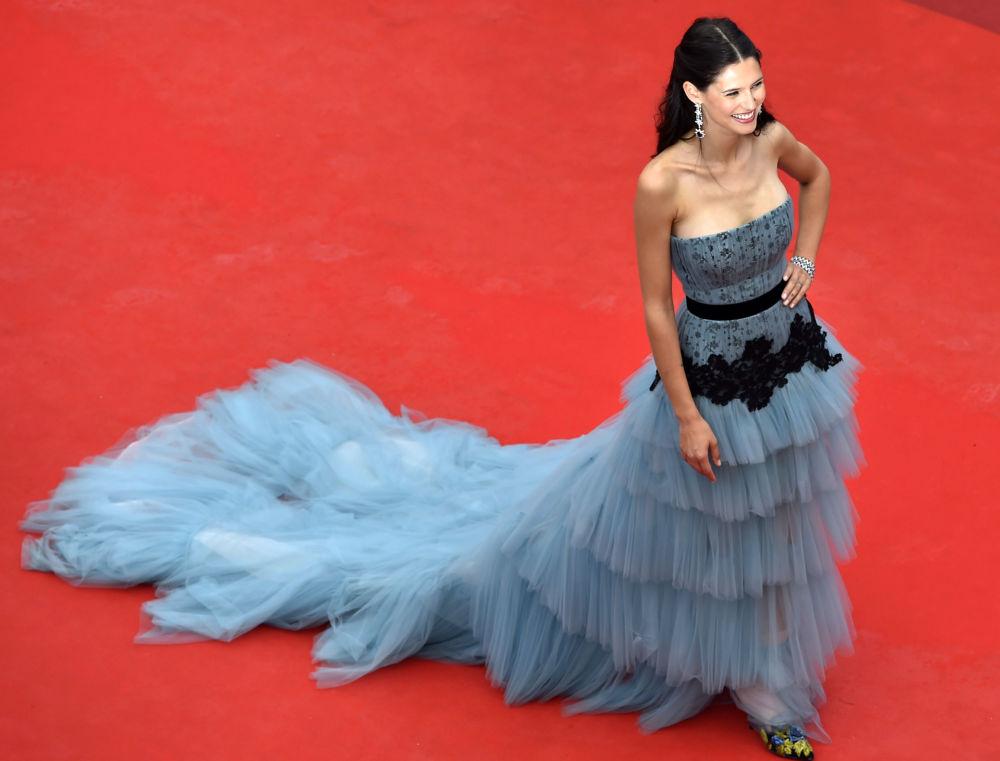 عارضة أزياء بيانكا بالتي  على  السجادة الحمراء خلال الفعالية الـ 69 لافتتاح مهرجان كان الفرنسي