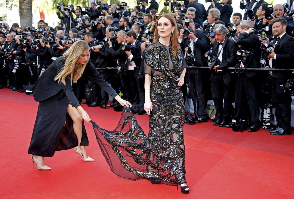 الممثلة جوليانا مور على  السجادة الحمراء خلال الفعالية الـ 69 لافتتاح مهرجان كان الفرنسي