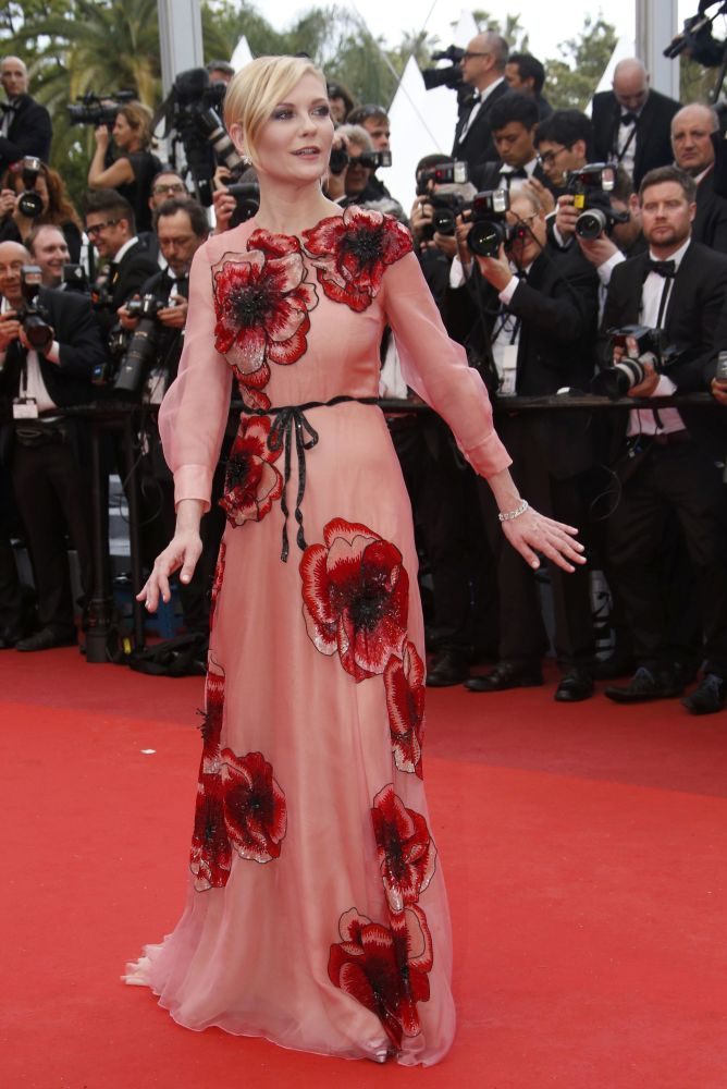 عضو اللجنة في مهرجان الأفلام كان الممثلة كريستن دانست على  السجادة الحمراء خلال الفعالية الـ 69 لافتتاح مهرجان كان الفرنسي