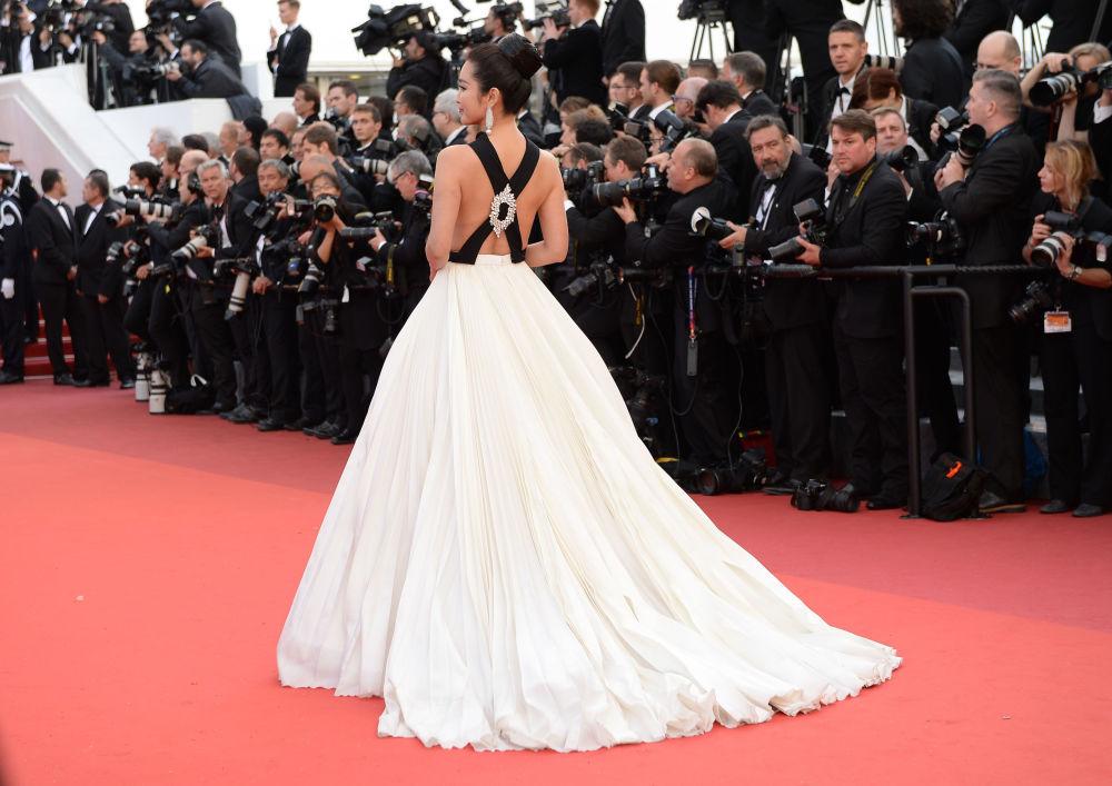 الممثلة لي بينبين على  السجادة الحمراء خلال الفعالية الـ 69 لافتتاح مهرجان كان الفرنسي