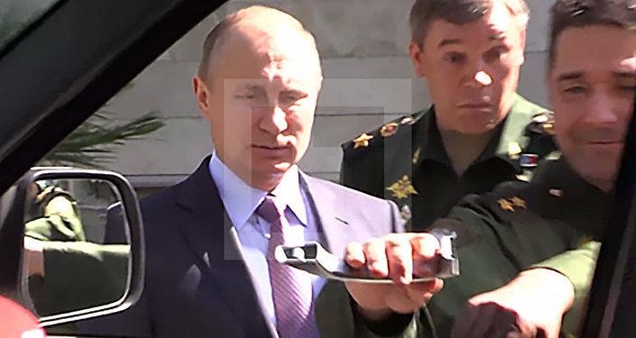 بالفيديو: جنرال يخلع مقبض سيارة بيده.. وبوتين يضحك