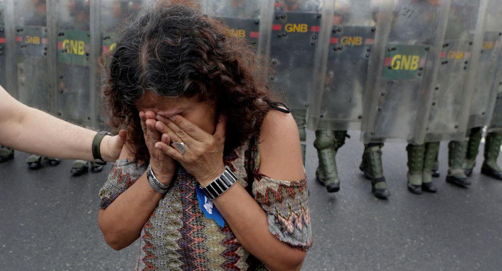 فتاة تبكي خلال مظاهرة في كراكاس، فنزويلا