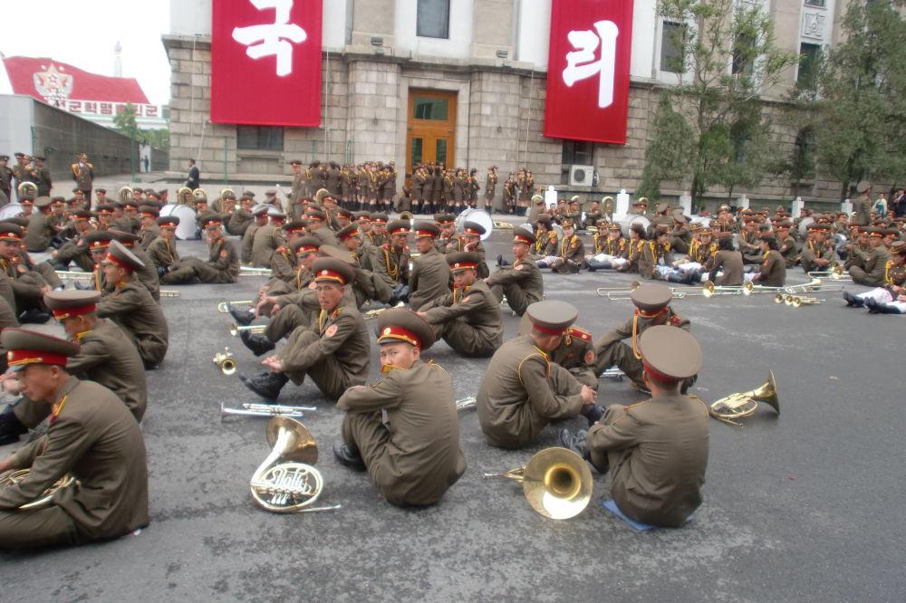اللموسيقيون بعد انتهاء العرض الموسيقي بمناسبة زيارة حزب العمال في بيونغيانغ، كوريا الشمالية.