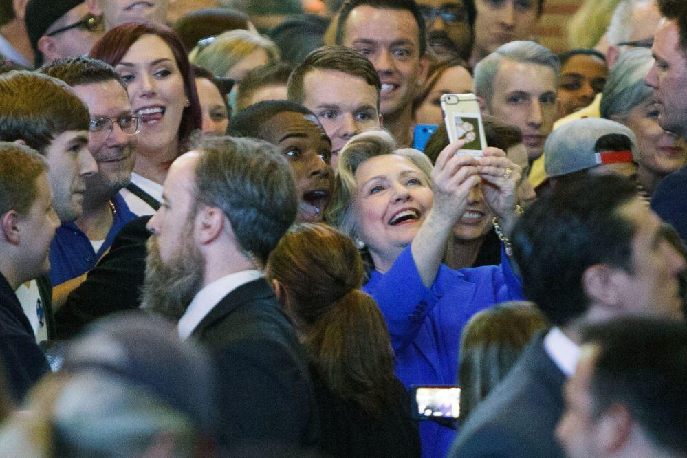 المرشحة للانتخابات الرئاسية الأمريكية هيلاري كلينتون تلتقط صورة سيلفي لها مع المناصرين لها ولحزبها أثناء زيارتها لولاية كنتاكي.