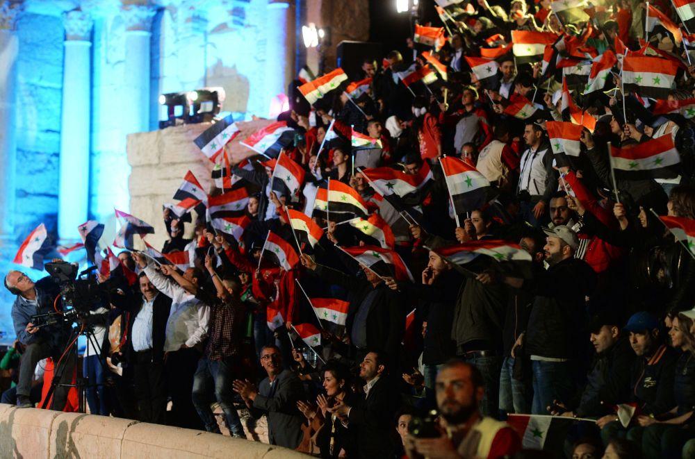 الجمهور السوري في المسرح الروماني في تدمر، سوريا.