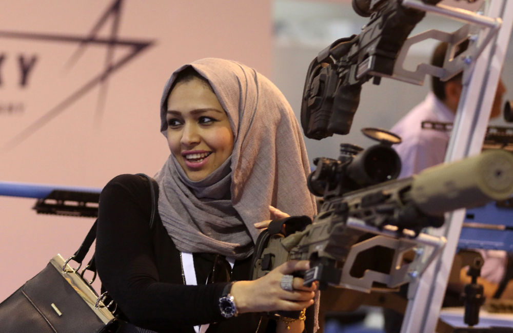 امرأة تلتقط صورة لها في المعرض العسكري SOFEX-2016 بعمان، الأردن 11 مايو/ آيار 2016.