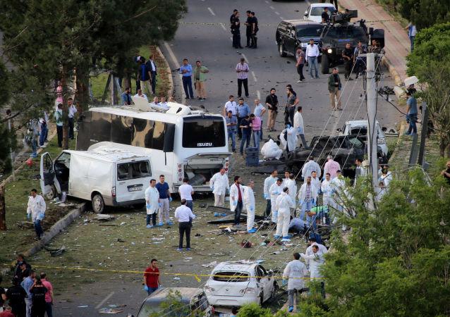 الشرطة في موقع الحدث بعد انفجار في ديار بكر، تركيا، 10 مايو/ آيار 2016.