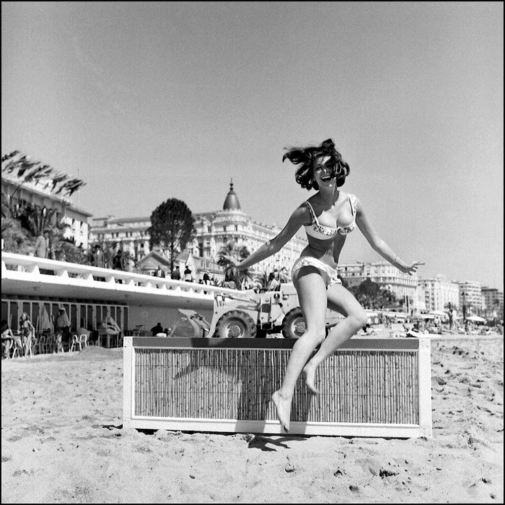 الممثلة الفرنسية مرسيدس مولينا على ساحل مدينة كان بفرنسا، مايو/ آيار 1962.