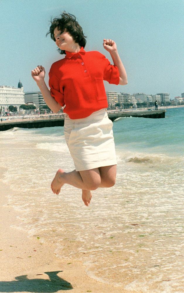 الممثلة جوليت بينوتشي على ساحل مدينة كان بفرنسا، 14 مايو/ آيار 1985.