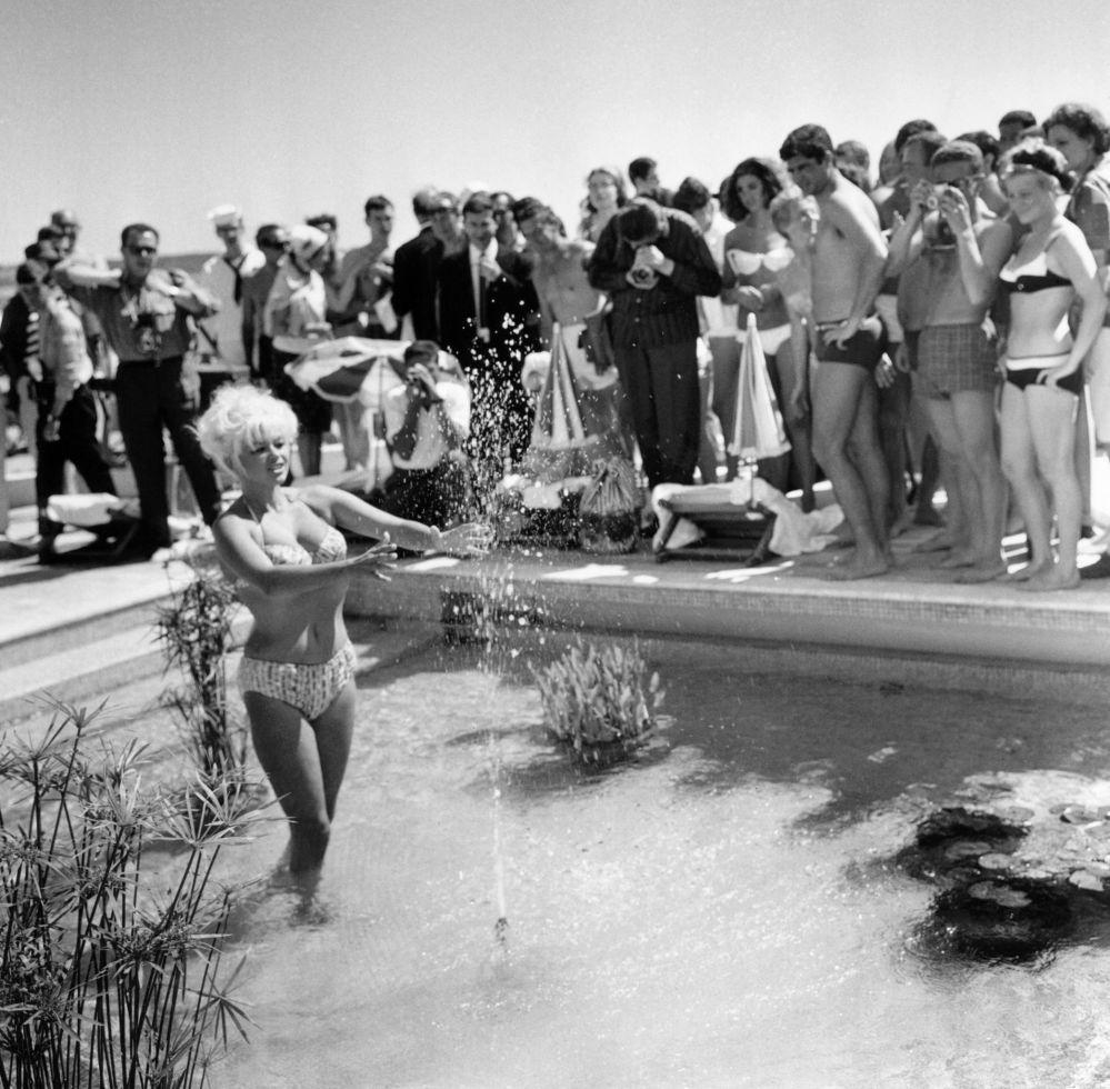 الممثلة جين مينسفيلد على ساحل مدينة كان بفرنسا، 12 مايو/ آيار 1964.