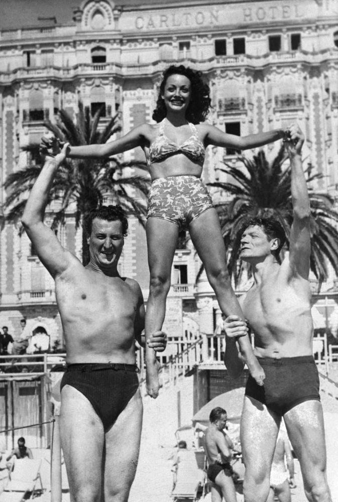 الممثلون جاك إرفين ولويز كارليتي وألين كيوني على ساحل مدينة كان بفرنسا، 1 سبتمبر/ أيلول1947.