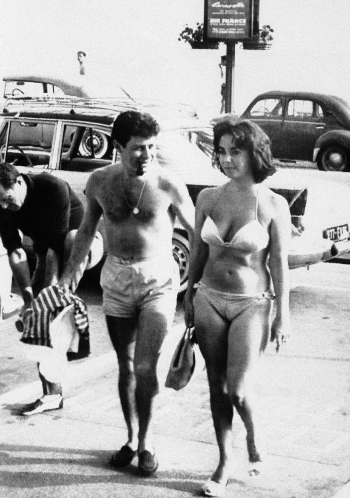 المغني إيدي فيشر وعروسته إليزابيث تايلير الممثلة باميلا أندرسون على ساحل مدينة كان بفرنسا، 10 يوليو/ تموز 1959.