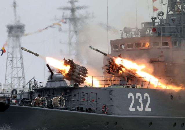 تدريبات العرض العسكري البحري بمناسبة ذكرى يوم تأسيس الأسطول البحري في بحر البلطيق.