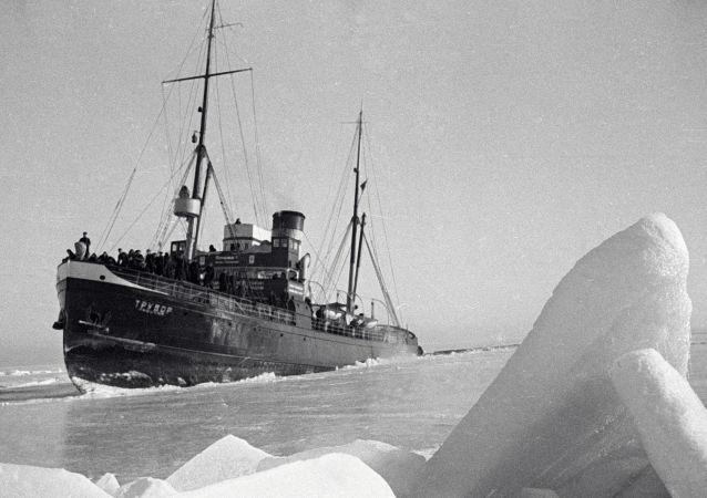 كاسحة الجليد تروفور لأسطول البحر الأسود في القطب الشمالي