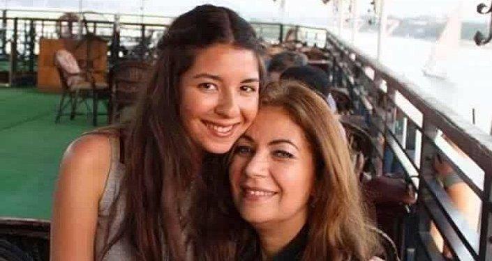 الممثلة السابقة ميرفت عفيفي وابنتها