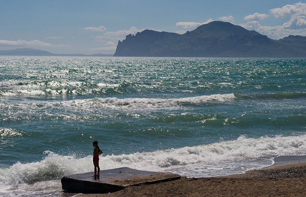 الاستجمام على شواطئ البحر الأسود في سبه جزيرة القرم، روسيا.