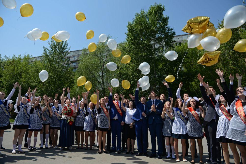 التلاميذ الخريجون من المدرسة رقم 17 في نوفوسيبيرسك.