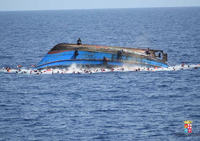 غرق قارب لمهاجرين