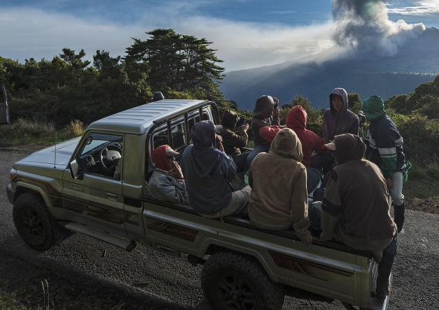 المزارعون ينظرون إلى ثوران البركان في كوستاريكا، 20 مايو/ آيار 2016.