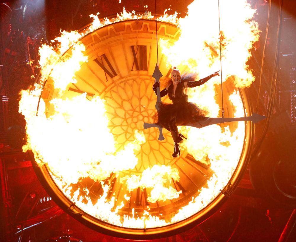 المغنية الأمريكية Pink خلال أدائها لأغنية Just Like Fire في لاس فيغاس، 22 مايو/ آيار 2016.