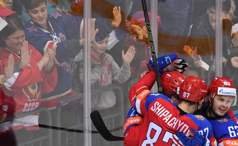 جماهير فريق الهوكي الروسي خلال المباراة مع الفريق الهوكي الأمريكي، الذي خسر أمام الروس.