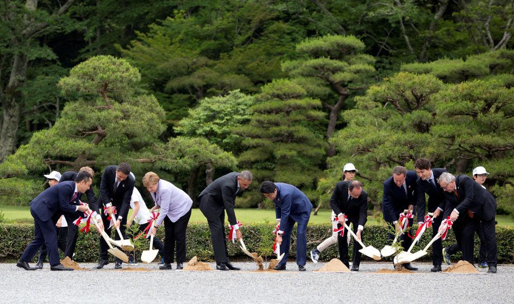 قادة المجموعة السبعة G7 خلال زراعة أشجار في إيسي-دزينغو، اليابان، 26 مايو/ آيار 2016.