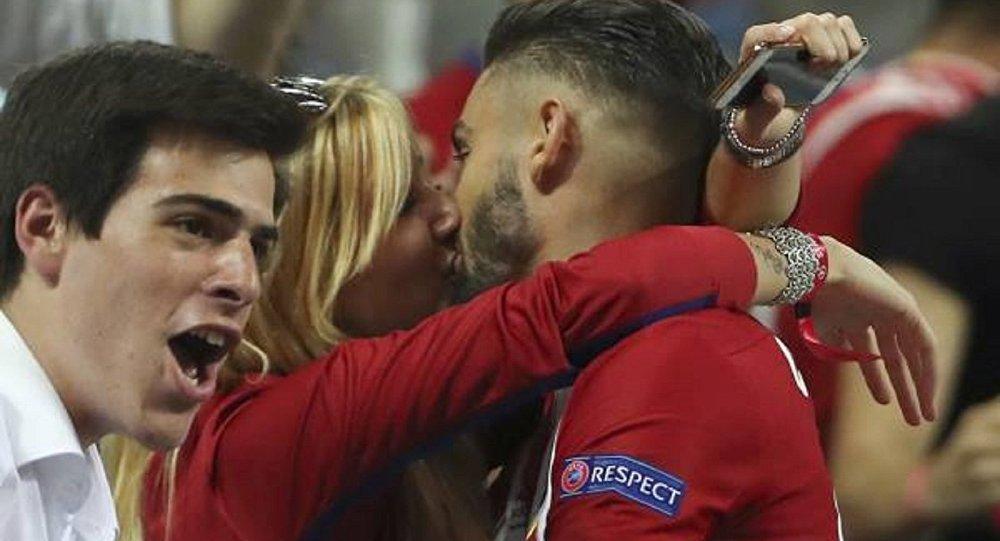 لاعب أتليتكو مدريد يقبل فتاة