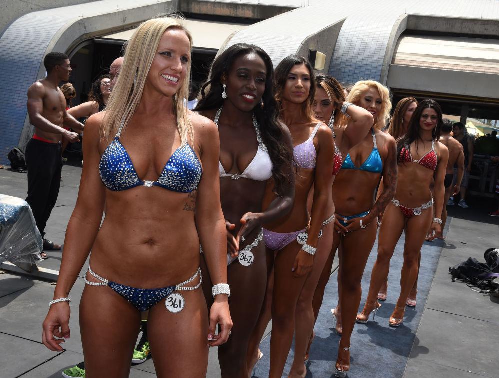 المشاركات في سباق كمال الأجساد في كاليفورنيا