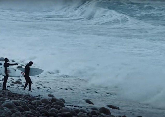 سيبيريا: كيف تبدو الركمجة على أمواج المياه القطبية المتجمدة