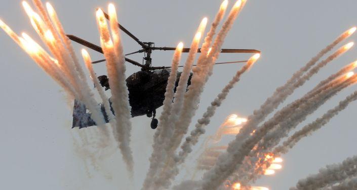 المروحية القتالية كا-52 أليغاتور خلال المسابقة الدولية أفيادارتس-2016 لأفضل طياري روسيا، في القاعدة الجوية-الفضائية الروسية تشاودا  بمقاطعة فيودويسيا، بشبه جزيرة القرم.