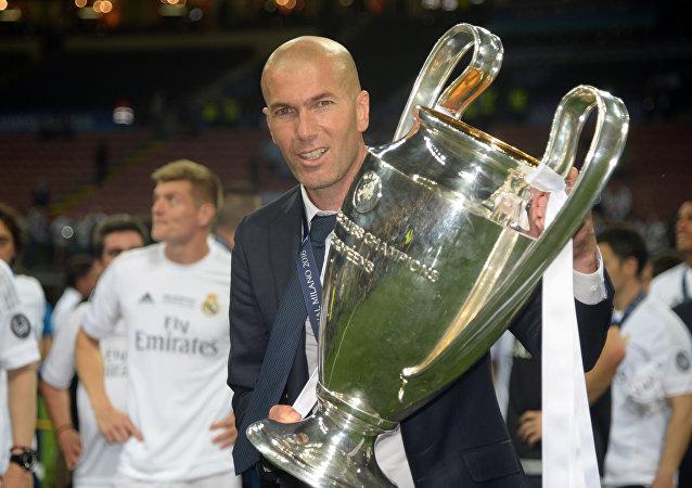 لاعب كرة القدم السابق ومدرب ريال مدريد الحالي زين الدين زيدان