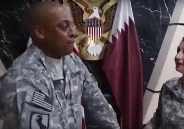 جنديان أمريكيان يسخران من العلم القطري