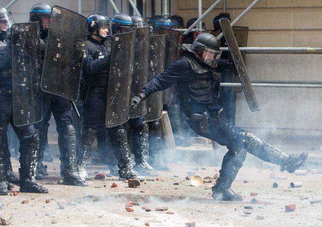 أفراد شرطة الشغب الفرنسية خلال احتجاجات فرنسا ضد الإصلاح والتغيير في قاون العمل.