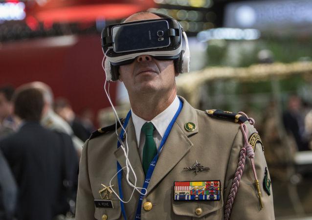 عسكري في إحدى قاعات المعرض الدولي للسلاح يوروساتوري (EUROSATORY ) في باريس
