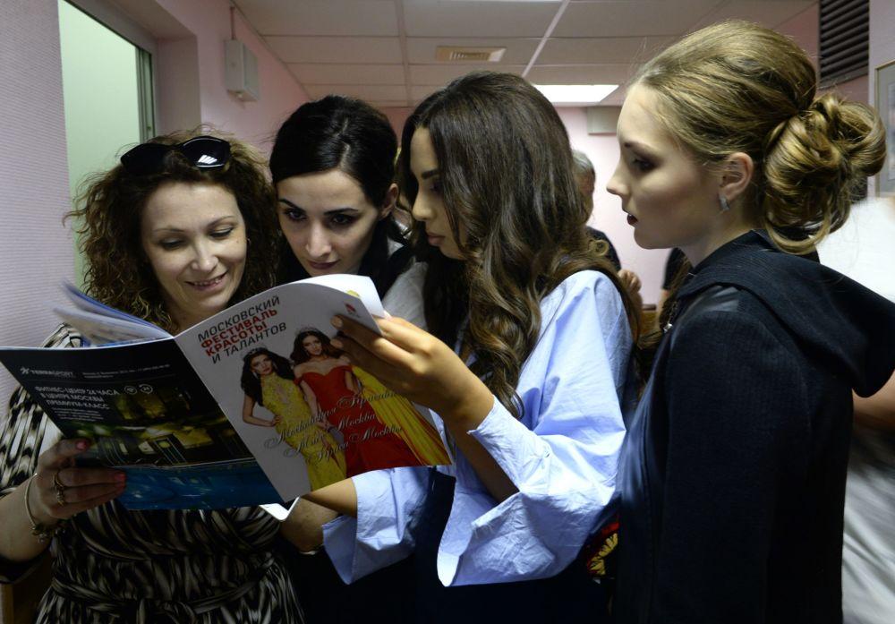 المتسابقات يقرأون ما يكتب عنهم في الصحف والمجلات