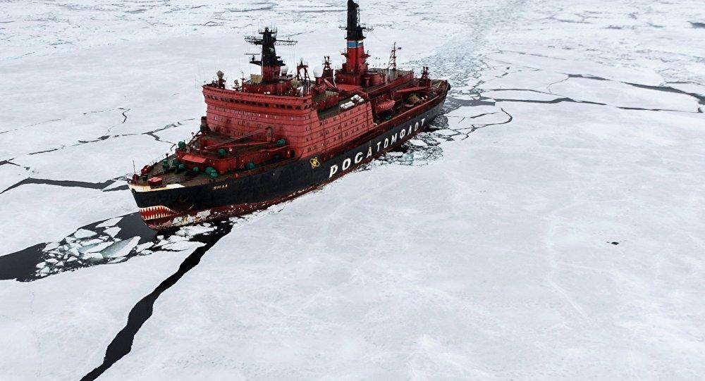 كاسحة الجليد يامال خلال نقل العلماء في أكبر رحلة بحث منذ 20 عاماً، في بحر كارا عام 2015