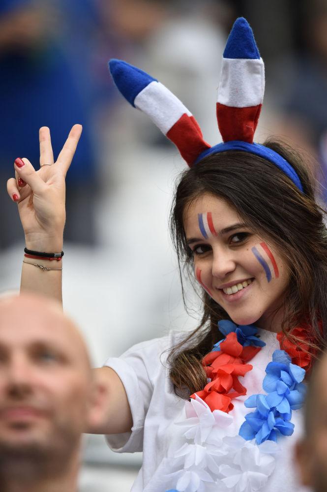 مشجعة من فرنسا في بطولة يورو-2016 لكرة القدم في فرنسا