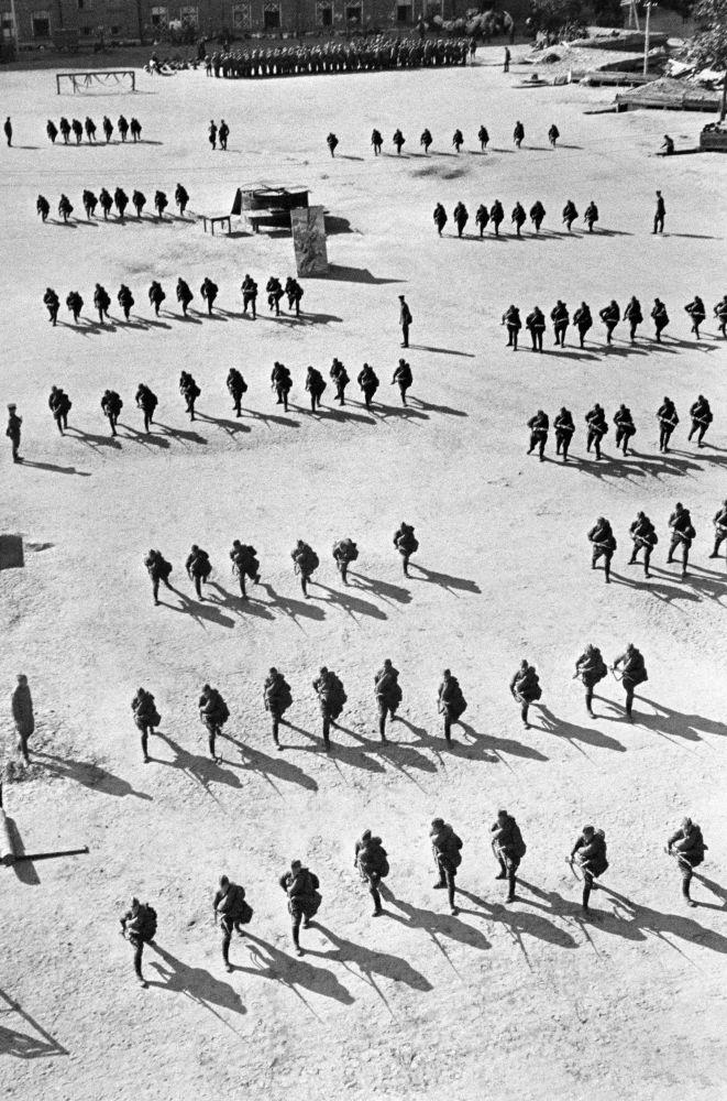 التدريبات العسكرية للجيش السوفيتي لكتيبة باسم فوروشيلوفا. موسكو، أغسطس/ آب 1941.