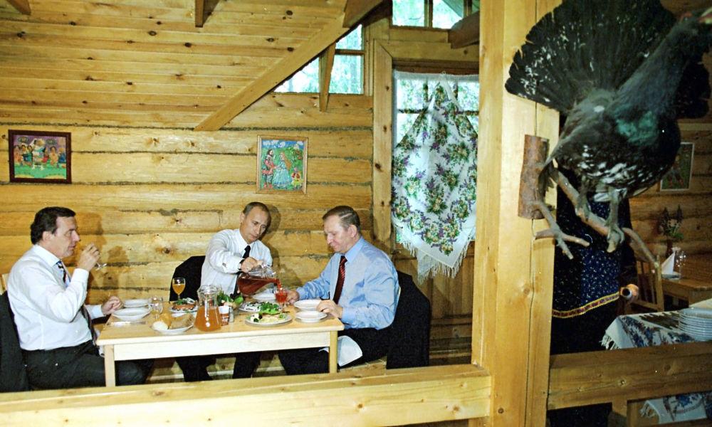 رؤساء ألمانيا وروسيا وأوكرانيا خلال تناولهم لوجبة غداء عمل، عام 2002