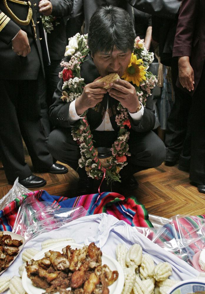 رئيس بوليفيا إيفو مورالس يأكل الذرة خلال مراسم حفل للسكان الأصليين، عام 2008.