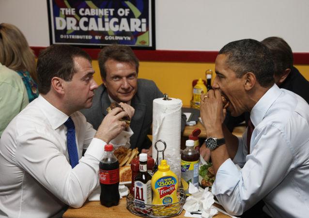 الرئيس الروسي دميتري ميدفيديف والرئيس الأمريكي باراك أوباما أثناء فطور العمل، عام 2010