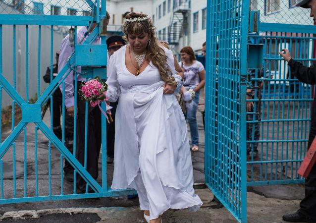 9f2663aaa9bec عروسان خلال تواجدهما في سجن رقم 6 بأومسك، روسيا.
