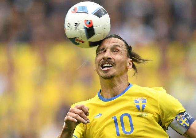 زلاتان إبراهيموفيتش يلعب الكرة برأسه !