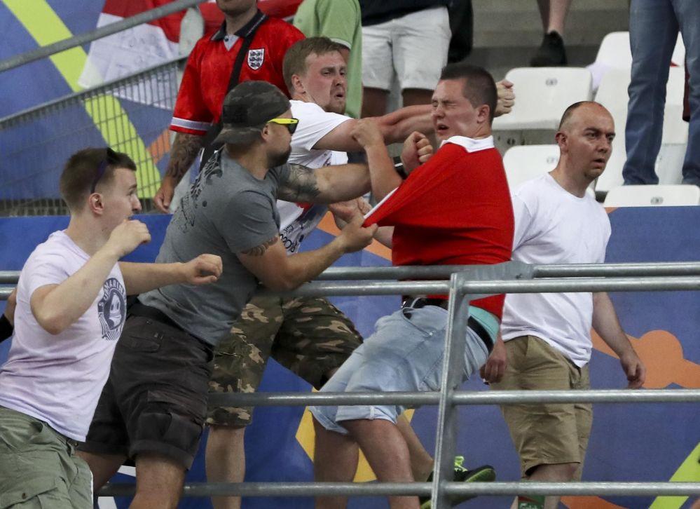 العنف بين الروس والانجليز أثناء مباراة منتخبي بلادهما
