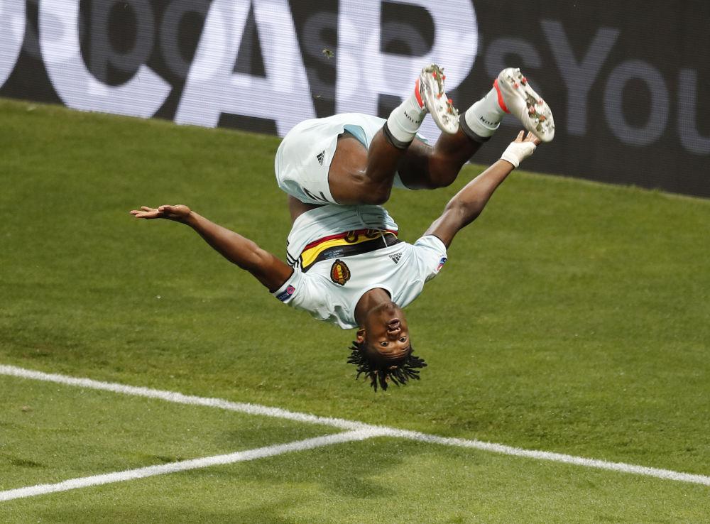 لاعب المنتخب البلجيكي وحركة بهلوانية احتفالا بهدفه في مرمى المنتخب المجري